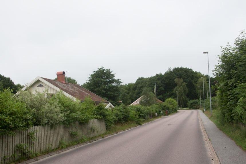 Till vänster om vägen ligger två av husen som tidigare utgjorde kärnan i Storegården. Vägen har haft samma sträckning här sedan minst 1700-talets början. Foto: Per Hallén 2016
