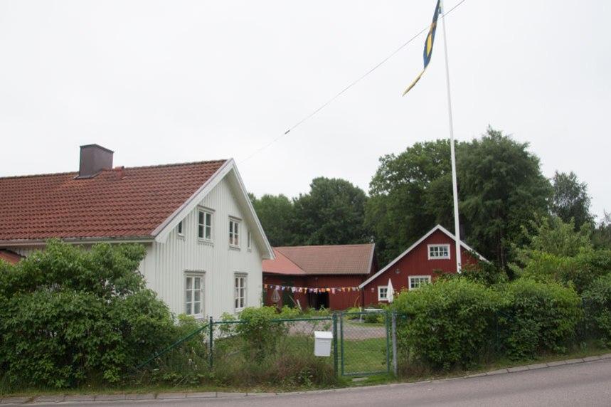 Bakom boningshuset syns ekonomibyggnaderna. Husen är visserligen moderniserade men här kan man ändå få ett intryck av Öjersjö som en by. Foto: Per Hallén 2016