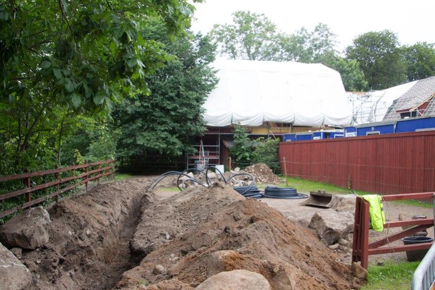 Här grävs för att ge stallet ett eget avlopp och det förbereds för vatten till byggnaderna. Foto: Per Hallén 2016