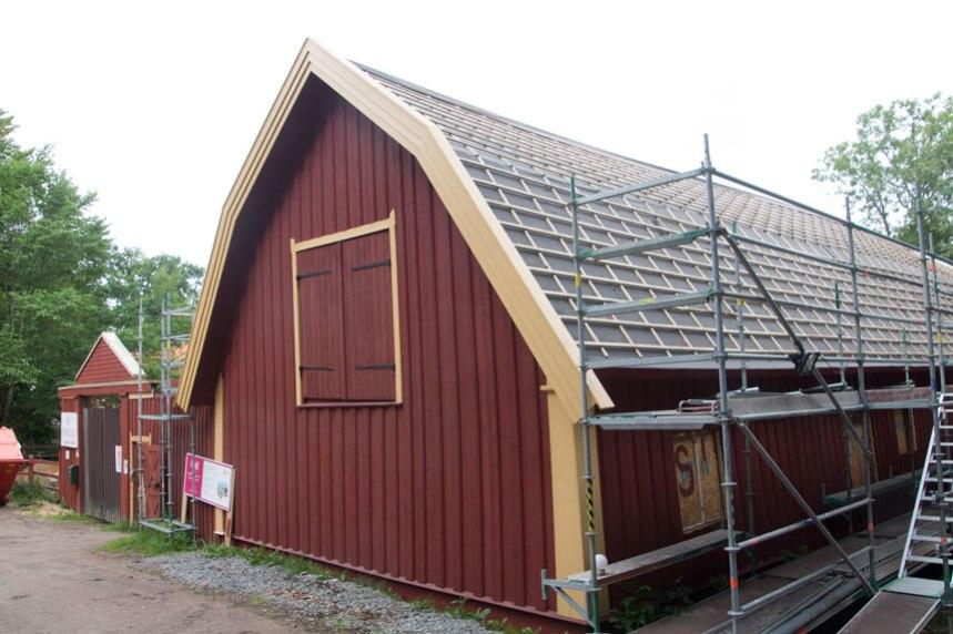 """Gaveln på stallbyggnaden har nu """"kommit fram"""" ur byggnadsställningarna. Foto: Per Hallén 2016"""