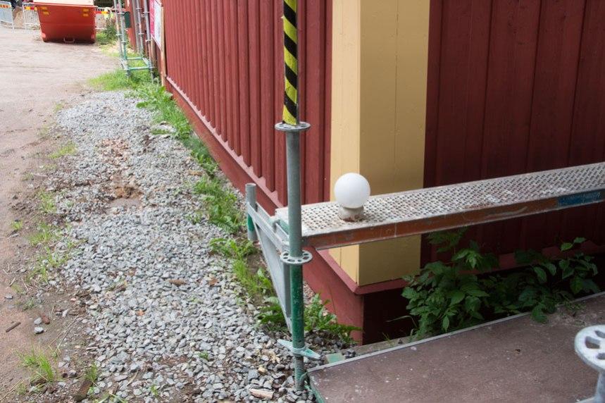 Nu ligger inte längre panelen direkt mot marken och huset skyddas av dränering. Foto: Per Hallén 2016
