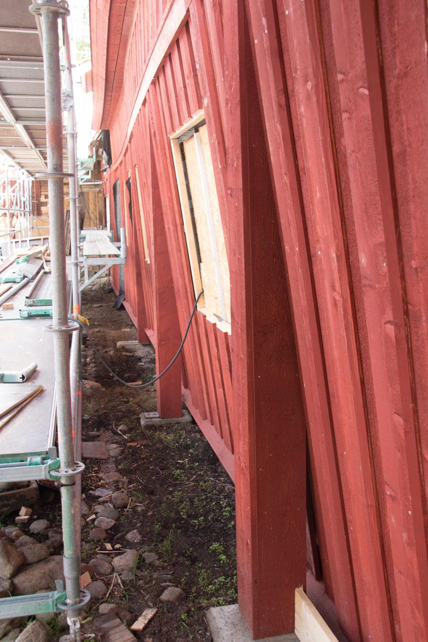 Det har krävts uppfinningsrikedom för att stadga upp det lutande huset. Foto: Per Hallén 2016