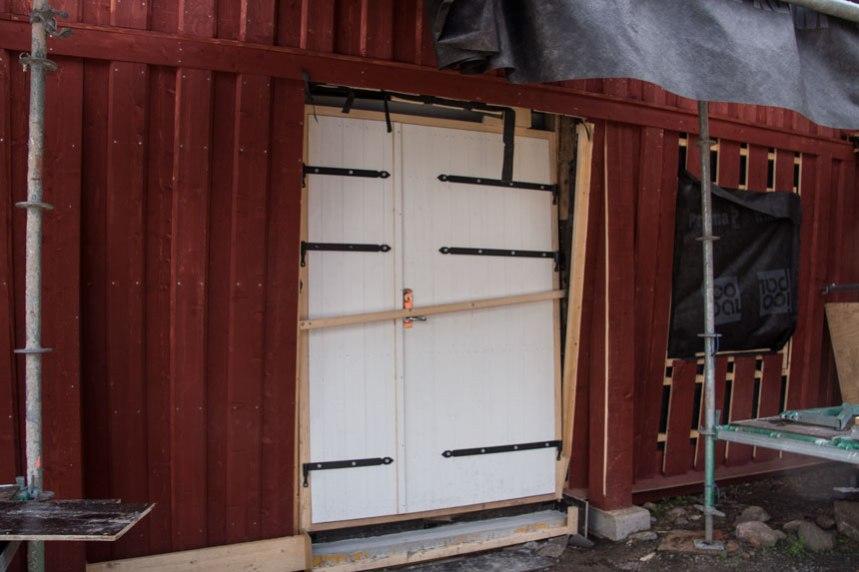 Givetvis skall även dörren bli rödmålad. Foto: Per Hallén 2016
