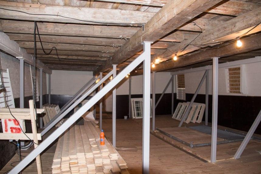 Nya pelare har fått sättas in för att bära upp loftvåningen ovanför. Foto: Per Hallén 2016