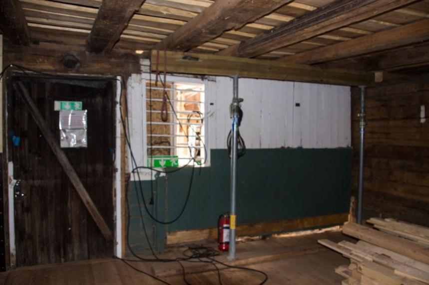 Den gröna färgen kommer att användas i rummet när allt är klart, bland annat på boxarna där hästarna skall stå. Foto: Per Hallén 2016