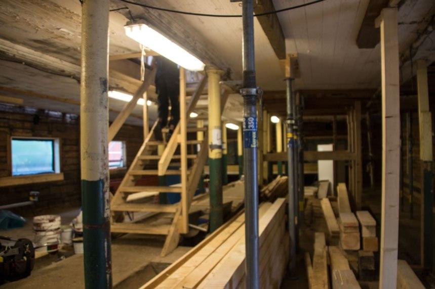 Trappan går upp mitt i de gamla foderbåsen. Fönsterna håller på att renoveras och mycket timmer har fått bytas ut. Foto: Per Hallén 2016