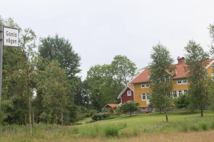 Hallens gårdsbyggnader ligger idag utmed Gamla vägen. Foto: Per Hallén 2016.