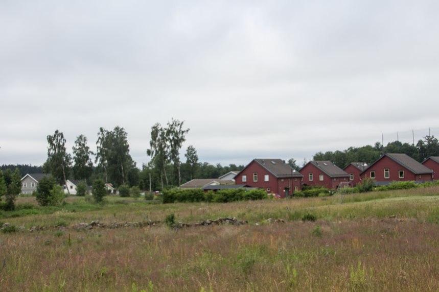 Det gamla odlingslandskapet syns ännu mellan husen. Foto: Per Hallén 2016.