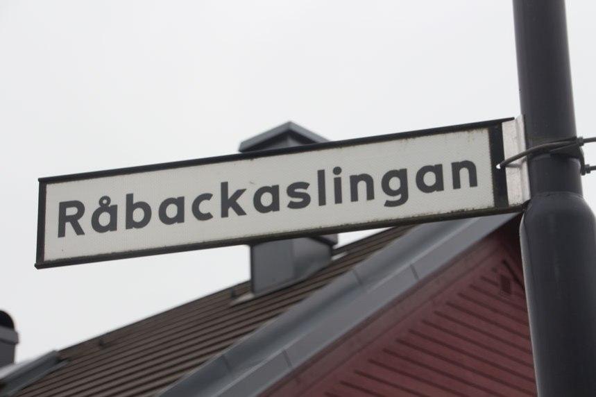 Råbackaslingan, vägnamnet minner om torpet som låg här under 1700- och 1800-talen. Foto: Per Hallén 2016.