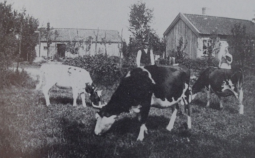 """Råbackatorpet med Albin Örn och hans hustru Mina under slutet av 1920-talet. Bilden är hämtad ur """"Den kluvna hällen"""" s. 219."""