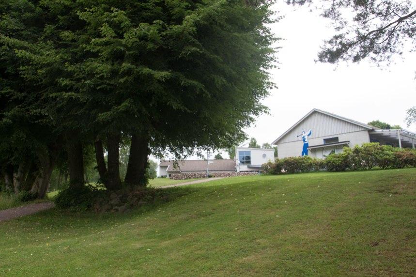 Golfklubbens huvudbyggnad omges av äldre träd och hägnader som påminner om att Hultet Övergården låg på denna plats. Foto: Per Hallén 2016