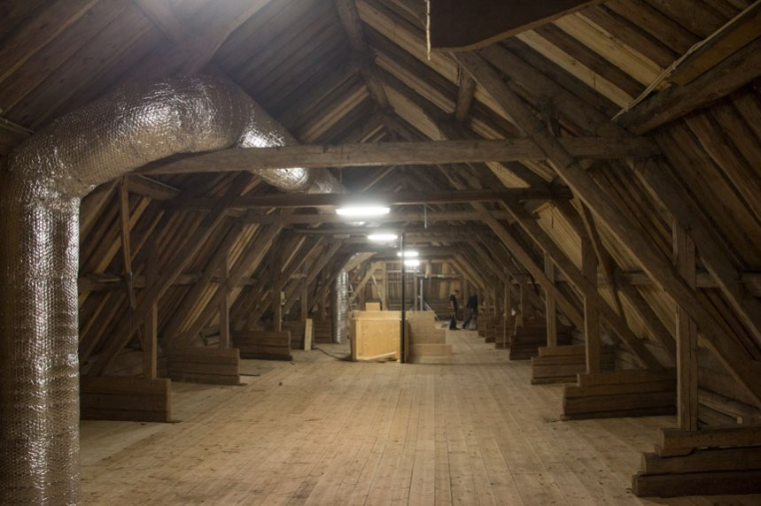 Loftet där hö skall förvaras, det finns även en lucka ned till stallet för att det skall vara lätt att få ned hö till hästarna. Foto: Per Hallén 2016.