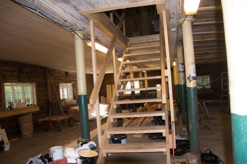 Trappan från loftet till ladugården. Den del av ombyggnaden som jag inte är nöjd med. Foto: Per Hallén 2016.