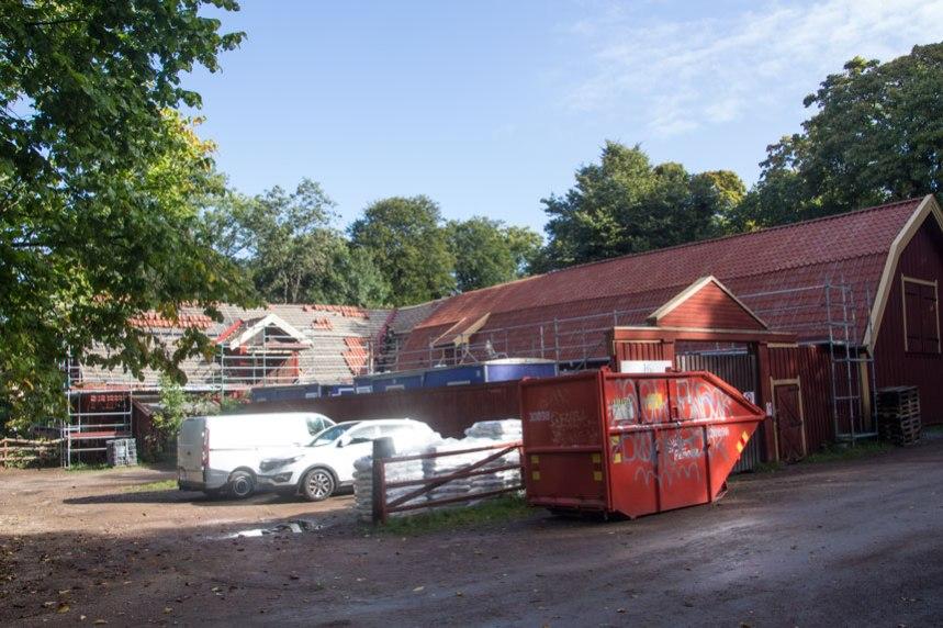 Större delen av taket är nu klart, men ännu återstår arbete med ladugårdsdelen.