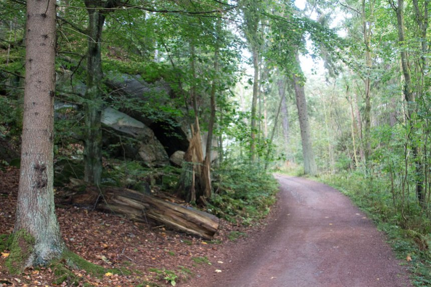 Pittas Grotta till vänster om den moderna grusvägen som främst används av golfspelare. Foto: Per Hallén 2016.