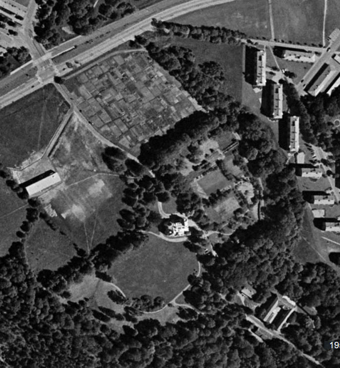 På detta flygfoto från Eniro (1955-67) syns ännu de små lotterna i den gamla åkermarken, troligen en