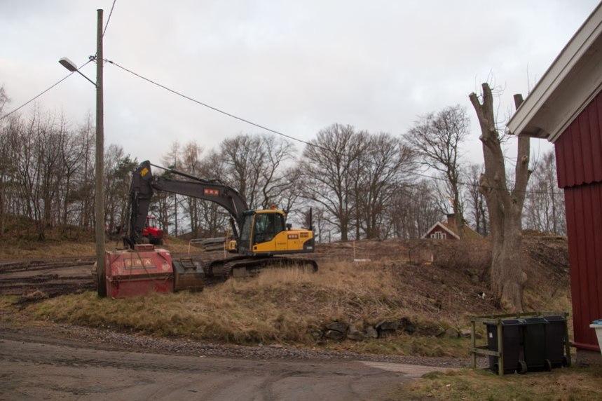 Grävskopan har börjat sitt arbete. Foto: Per Hallén 2016
