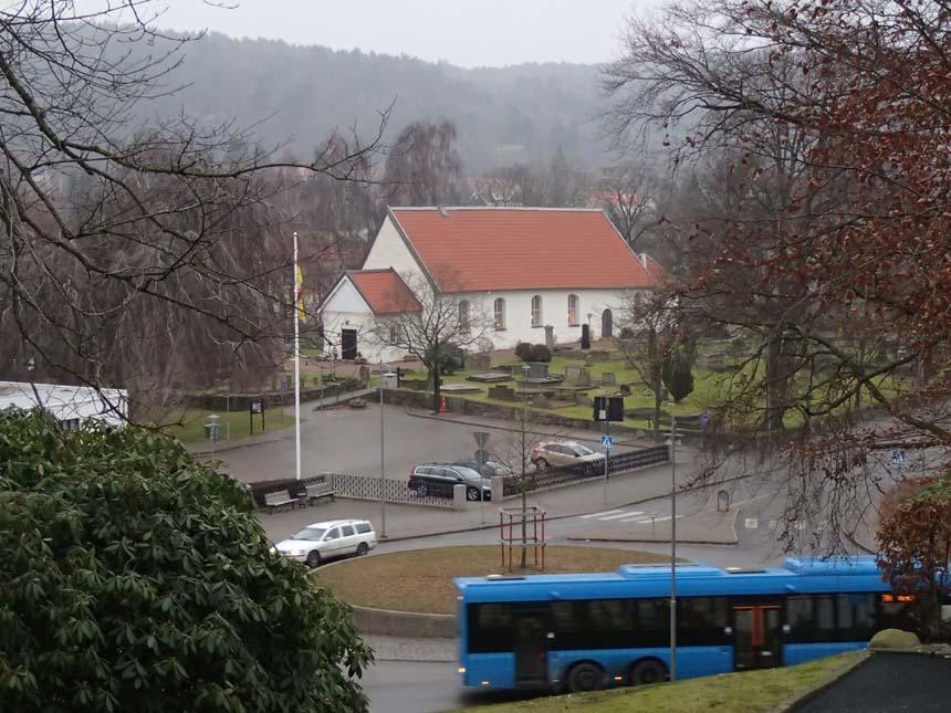 Kyrkan ligger nedanför Stommens tomt.