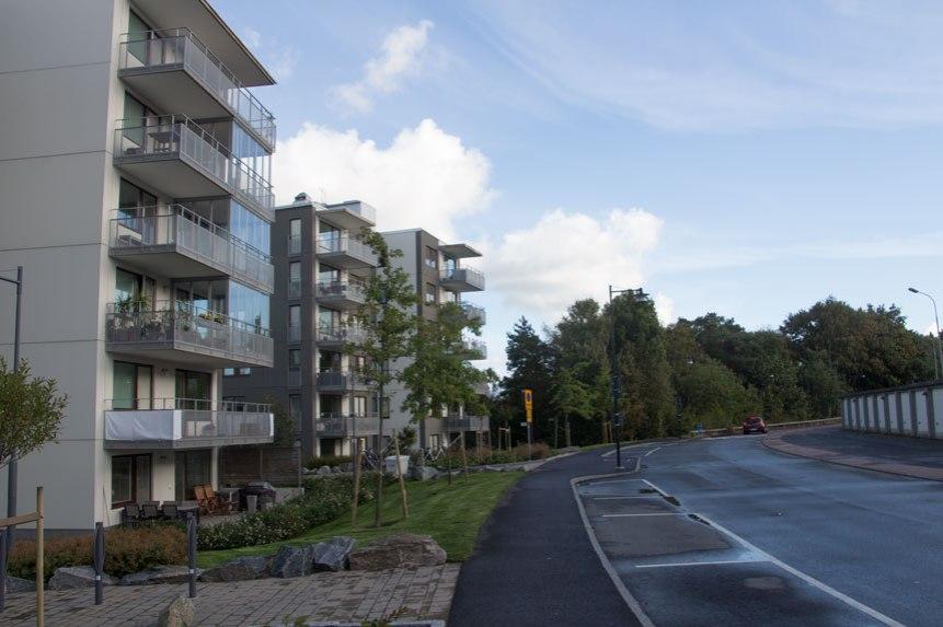 Även vid Träkilsgatan kommer det att ske förändringar. Bortanför HSB:s hus skall ett 7 och ett 8 våningars hus byggas enligt planen. Husen till vänster i bild är 6 våningar höga.