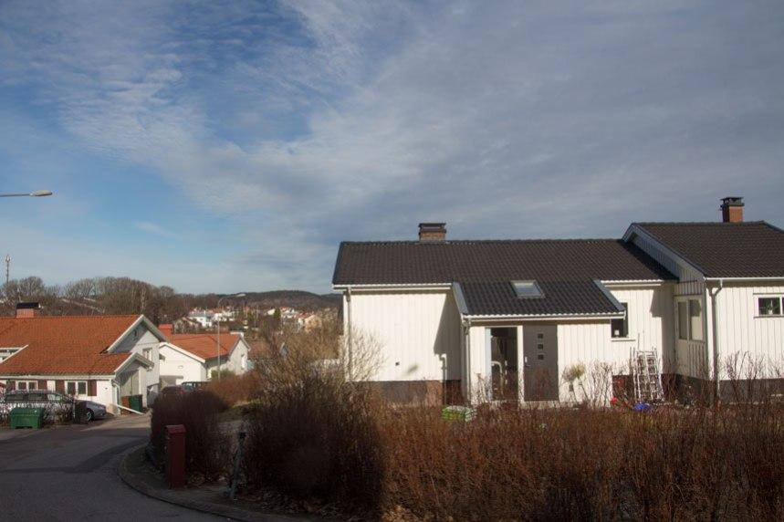 Den äldsta bytomten i Puketorp låg här utmed Tredje villavägen, ungefär där det vita huset mitt i bilden idag står. Till vänster låg gårdens källa. Foto: Per Hallén 2017.