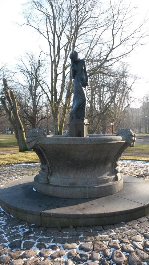 Flickan och sjötrollen hittar du i centrala Göteborg (se denna länk) den restes 1919, kanske finns ett samband med sagan om trollet i Delsjön? Foto: Per Hallén 2017.